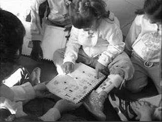 bambini in scuola materna leggono insieme gli inbook