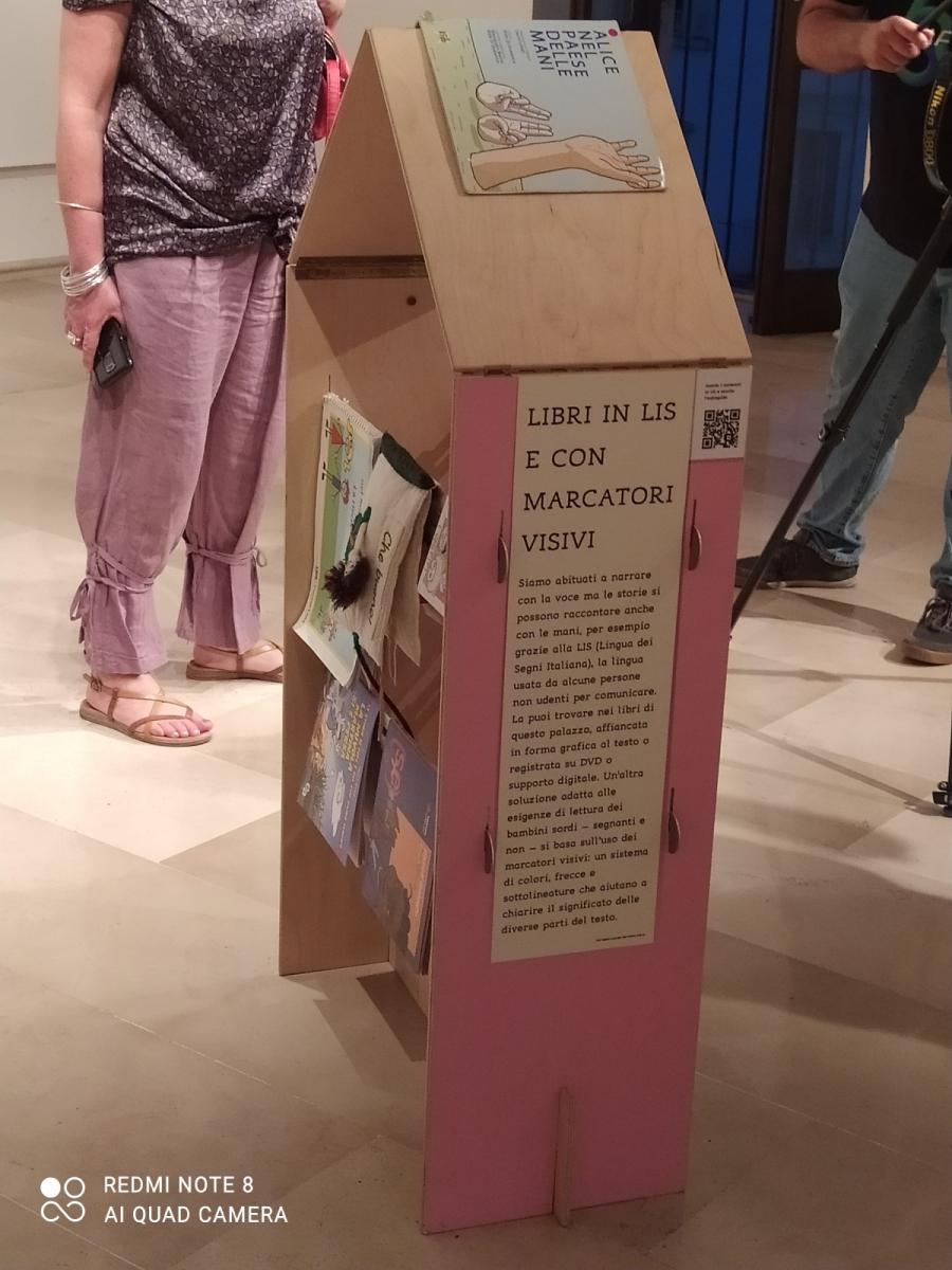 mostra vietato non sfogliare - libri in LIS e con marcatori visivi
